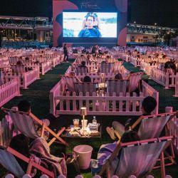 La gente ve una película en el primer lugar de entretenimiento al aire libre socialmente distanciado de la ciudad en Hong Kong, que tiene 100 'pods' privados socialmente distanciados, cada uno con capacidad para dos o cuatro personas para respetar las medidas de distanciamiento social debido al coronavirus COVID-19 pandemia.   Foto:Anthony Wallace / AFP
