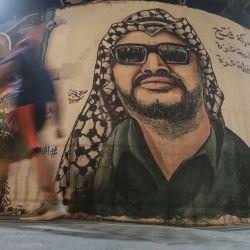 Territorios palestinos, ciudad de Gaza: un mural que representa al difunto líder político palestino y fundador del movimiento Fatah, Yasser Arafat, pintado en una pared en la ciudad de Gaza, para conmemorar el 16 aniversario de su muerte.   Foto:Mohammed Talatene / DPA