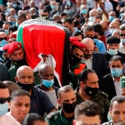 Los dolientes palestinos y la guardia de honor llevan el ataúd del difunto jefe negociador palestino Saeb Erekat durante su procesión fúnebre en la ciudad cisjordana de Jericó.   Foto:Ahmad GHARABLI / PPO / AFP