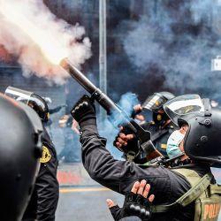 La policía antidisturbios intenta dispersar a los partidarios del derrocado presidente peruano Martín Vizcarra, quien fue destituido en una votación de juicio político la noche del lunes, durante una manifestación contra el nuevo gobierno en Lima.   Foto:Ernesto Benavides / AFP