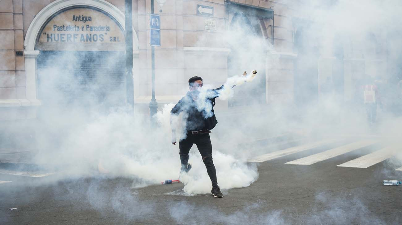 Manifestantes protestaron contra el nuevo presidente Manuel Merino.