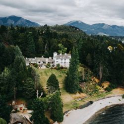 El hotel La Cascada by Don acaba de abrir sus puertas completamente renovado, frente al lago Nahuel Huapi.