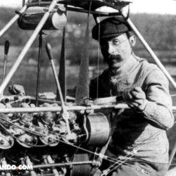 Su modelo pesaba apenas 18 kilos y contaba con un por entonces poderoso motor Antoniette de 24 hp.