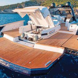 La EVO R6 Open posee una gran zona de beach club multifacética y fue denominada entre los visitantes como la Tranformer Boat.