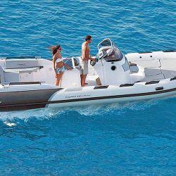 El Ranieri Cayman 31 Super Tender es un gran semirrígido con baño bajo la consola de mando y gran sector de dinette en popa.