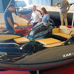 Zar presentó su tender más pequeño, con propulsión jet y un  arreglo de cubierta muy bien logrado en su tamaño.