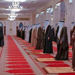Funcionarios de Bahrein rezando cerca del ataúd del príncipe Khalifa bin Salman al-Khalifa de Bahrein durante su procesión fúnebre. - El príncipe Khalifa de Bahréin, el primer ministro con más años de servicio en el mundo que había ocupado el cargo desde la independencia en 1971, murió a la edad de 84 años, anunciaron los medios estatales. | Foto:BNA Agencia de Noticias de Bahrein / AFP