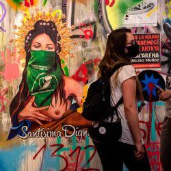 Mujeres visitan el Museo Levantamiento Social, que exhibe piezas de arte callejero sobre las protestas contra el gobierno chileno de Sebastián Piñera en Santiago. | Foto:Martin Bernetti / AFP