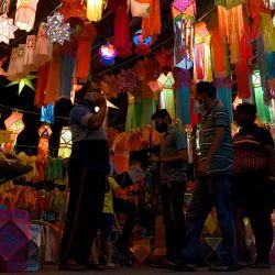 La gente compra en un mercado que vende linternas de papel antes del Diwali, el festival hindú de las luces, en Mumbai. | Foto:Sujit Jaiswal / AFP