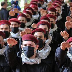 Miembros del movimiento chiíta libanés Hezbollah participan en un desfile del Día de los Mártires en la ciudad libanesa de Baalbek, en el este del Líbano. | Foto:AFP