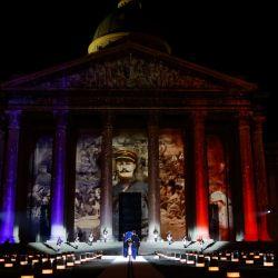 Los soldados cargan el ataúd del fallecido escritor francés Maurice Genevoix antes de ser enterrados en la cripta del mausoleo del Panteón, durante una ceremonia en honor a los soldados de la Primera Guerra Mundial y al autor francés Maurice Genevoix, quien será incluido en el Panteón, donde se encuentran figuras clave de la historia de Francia. son honrados, en París, como parte de las conmemoraciones que marcan el 102 aniversario del Armisticio que puso fin a la Primera Guerra Mundial. | Foto:CHRISTIAN HARTMANN / POOL / AFP