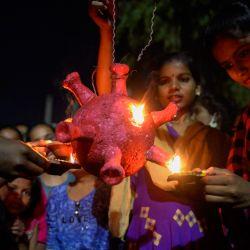 Los estudiantes del albergue de niñas del gobierno se preparan para quemar un modo de coronavirus Covid-19 durante Diwali, el Festival Hindú de las Luces, en Hyderabad. | Foto:Noah Seelam / AFP