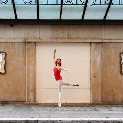 Una bailarina con mascarilla se presenta en la principal calle peatonal Via del Corso en Roma, durante la pandemia de COVID-19 causada por el nuevo coronavirus. | Foto:Alberto Pizzoli / AFP