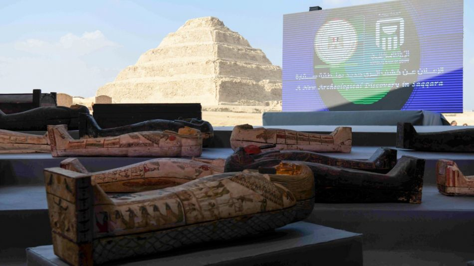 Un tesoro arqueológico, que incluye más de 100 sarcófagos intactos, fue descubierto en la necrópolis de Saqqara.