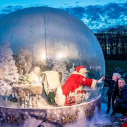 En la foto se ve a un Papá Noel en una burbuja de plástico a prueba de coronavirus en el zoológico de Aalborg.   Foto:Henning Bagger / Ritzau Scanpix / AFP