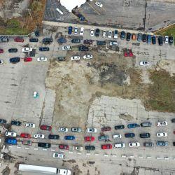 En esta imagen de dron, los residentes en automóviles esperan en fila en un sitio de prueba de COVID-19 en un vehículo en Aurora, Illinois. Ayer, el gobernador de Illinois, J.B. Pritzker, dijo que podría ser necesaria una orden de quedarse en casa en todo el estado, ya que los casos de COVID-19 continúan aumentando en el estado.   Foto:Scott Olson / Getty Images / AFP