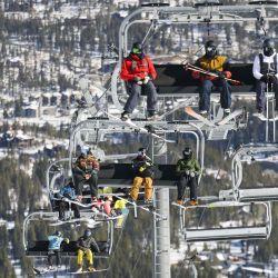 La gente sube a la montaña en un telesilla el día de la inauguración en Breckenridge Ski Resort en Breckenridge, Colorado. Las áreas de esquí están respondiendo a la pandemia de coronavirus limitando el número de huéspedes en la montaña a través de sistemas de reserva, requiriendo máscaras y fomentando el distanciamiento social.   Foto:Michael Ciaglo / Getty Images / AFP