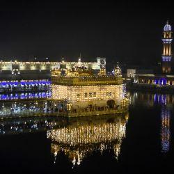 Los devotos sij rinden homenaje en la víspera de Bandi Chhor Divas, un festival sij que coincide con Diwali, el festival hindú de la luz, en el Templo Dorado iluminado en Amritsar.   Foto:Narinder Nanu / AFP