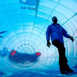 Un hombre camina dentro de un globo durante el 18 Festival Internacional de Globos Aerostáticos en León, estado de Guanajuato, México.   Foto:Ulises Ruiz / AFP