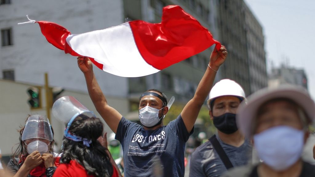El Congreso de Perú decide quién sucederá a Merino, con el pueblo en la calle