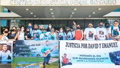 Justicia. Los familiares de Emanuel Medina y David Campos estuvieron presentes en la audiencia en la que se conoció la sentencia a los policías.