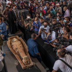 Las autoridades abrieron un ataúd con una momia en perfecto estado ante la prensa. AFPa ante los medios deEtRALalAS