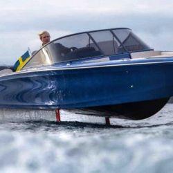 La curiosa lancha es fabricada por la empresa sueca Candela, que ha dotado a la embarcación con un motor eléctrico que le permite una autonomía de 50 millas náuticas.