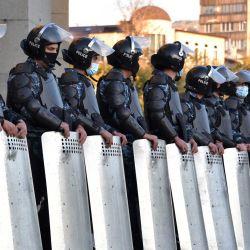 Agentes de la policía antidisturbios armenios custodian el edificio del teatro de la Ópera en la Plaza de la Libertad durante una manifestación contra el acuerdo del país para poner fin a la lucha con Azerbaiyán por la disputada región de Nagorno-Karabaj en Ereván. | Foto:Karen Minasyan / AFP