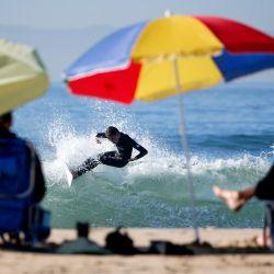 Estados Unidos, Los Ángeles: un surfista monta una ola en Huntington Beach. | Foto:Ringo Chiu / ZUMA Wire / DPA
