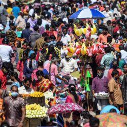 La gente se reúne para hacer compras en un mercado antes de Diwali, el festival hindú de las luces, en Chennai. | Foto:Arun Sankar / AFP