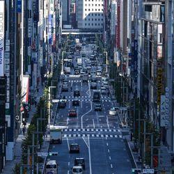 La señalización de tráfico y negocios se ve a lo largo de una calle en el distrito de Ginza de Tokio, ya que los datos del gobierno mostraron que la economía de Japón salió de la recesión en el tercer trimestre, creciendo un 5.0 por ciento mejor de lo esperado luego de una contracción récord. | Foto:Charly Triballeau / AFP