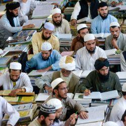 En esta foto los estudiantes del seminario islámico asisten a clases en el seminario Darul Uloom Haqqania en Akora Khattak. | Foto:Abdul Majeed / AFP
