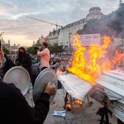 Portugal, Oporto: se ve un ataúd ardiendo durante una protesta contra las restricciones en restaurantes, clubes nocturnos y pequeñas tiendas debido a la pandemia de coronavirus (Covid 19), frente al ayuntamiento de Oporto. | Foto:Diogo Baptista / ZUMA Wire / DPA