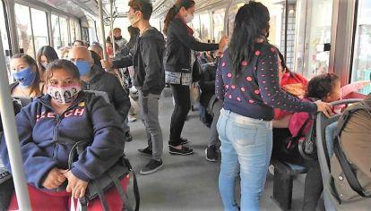 """Ya se puede viajar parados en colectivos y trenes: """"La medida afecta a 120 mil pasajeros"""""""