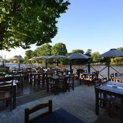 La terraza de María Luján, en Tigre, brinda la sombra ideal para disfrutar de los platos más ricos durante todo el día.