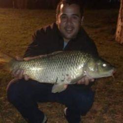 Pesca nocturna de carpas en el arroyo Pergamino