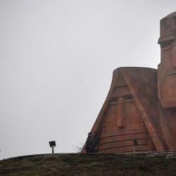 Un hombre camina hacia la estatua  | Foto:Alexander Nemenov / AFP