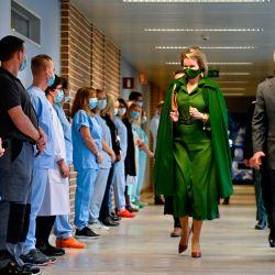 La reina Mathilde de Bélgica y el rey Philippe de Bélgica visitan el hospital 'Centre Hospitalier Bois de l'Abbaye' en Seraing, provincia de Lieja. | Foto:ERIC LALMAND / BELGA / AFP