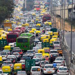 En la foto se ven vehículos detenidos en un atasco en Nueva Delhi. | Foto:Prakash Singh / AFP