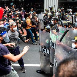 Simpatizantes del derrocado presidente peruano Martín Vizcarra, quien fue destituido en una votación de juicio político el lunes por la noche, se manifiestan contra el nuevo gobierno en Lima. | Foto:Ernesto Benavides / AFP