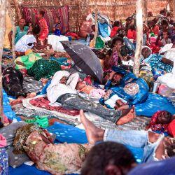 Refugiados etíopes que huyeron de los combates en la provincia de Tigray yacían en una cabaña en el campamento de Um Rakuba en la provincia de Gedaref, en el este de Sudán. | Foto:Ebrahim Hamid / AFP