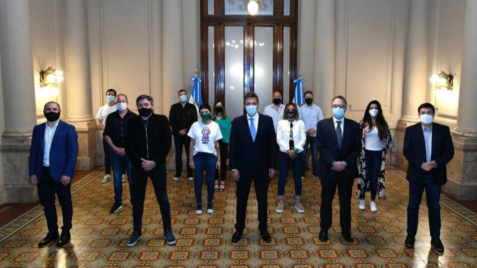Sergio Massa en el Congreso este 17 de noviembre, rodeado deMáximo Kirchner,Martín Guzmán (Economía), Matías Kulfas (Desarrollo Productivo), Daniel Arroyo (Desarrollo Social), entre otros.