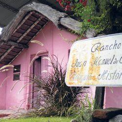 En 1820, los socios de Juan Manuel de Rosas y los hermanos Luis y Manuel Dorrego, compraron la estancia Los Cerrillos donde Rosas levantó su rancho que hoy es un museo.