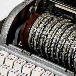 También hay una máquina de cifrado de códigos Enigma de la Segunda Guerra Mundial conocida como Fialka.