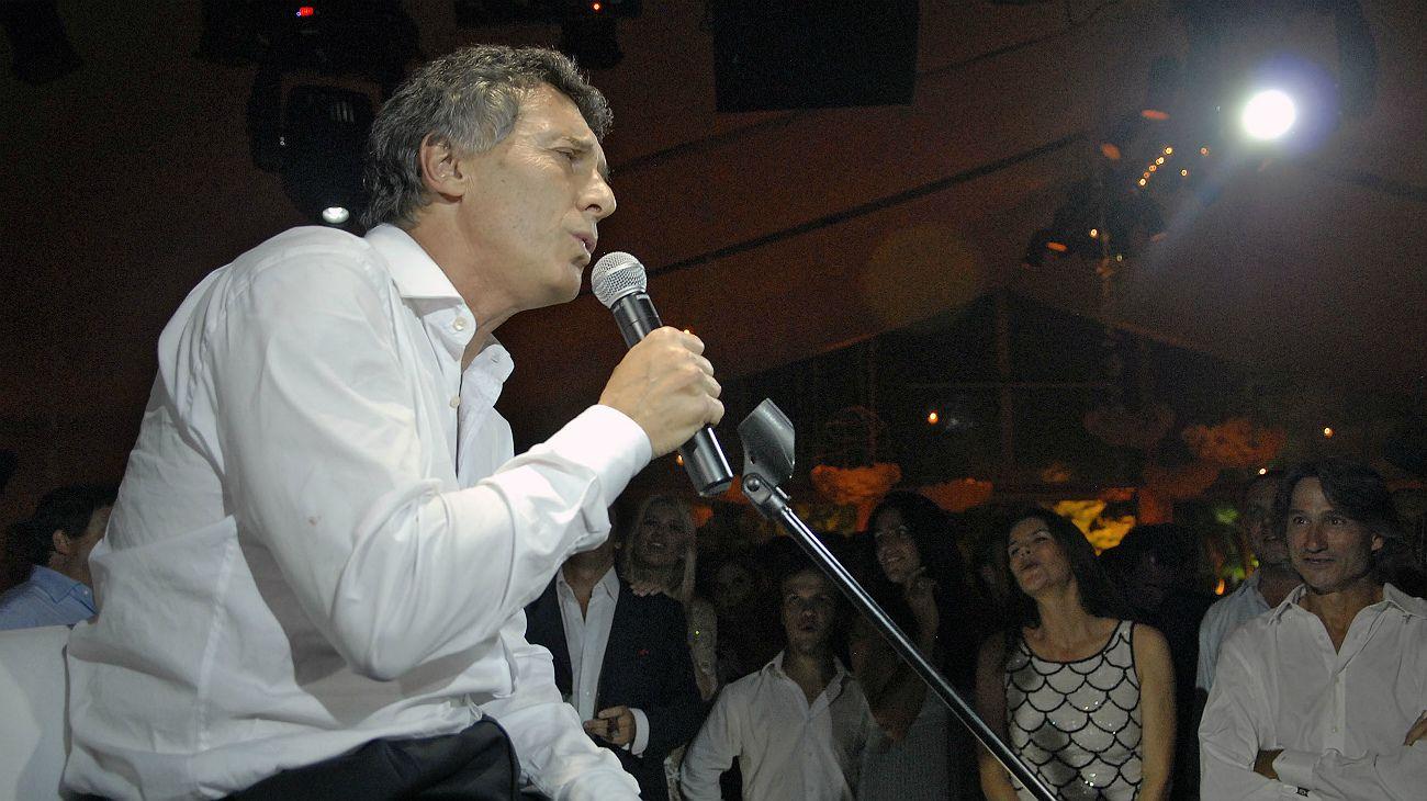 Archivo. Macri, en 2010, al intentar imitar a Freddie Mercury.