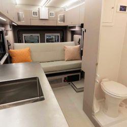 No faltan la cocina y el baño, ambos completos.