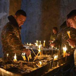 Soldados armenios encienden velas en el monasterio ortodoxo Dadivank de los siglos XII-XIII en las afueras de Kalbajar. | Foto:Karen Minasyan / AFP