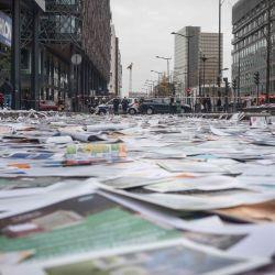 Francia, París: una vista general de los papeles y carteles arrojados por los limpiadores que ocupaban el edificio del departamento de espacios verdes y medio ambiente en la calle durante una protesta exigiendo una revalorización de sus condiciones de trabajo. | Foto:Olivier Donnars / DPA