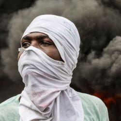 Los manifestantes de la oposición queman neumáticos durante una manifestación, pidiendo la salida del presidente Jovenel Moise, mientras marchan por las calles de Port-au-Prince. | Foto:Valerie Baeriswyl / AFP