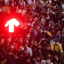 Manifestantes a favor de la democracia participan en una manifestación contra el gobierno, junto a una señal de tránsito, en Bangkok. | Foto:Mladen Antonov / AFP
